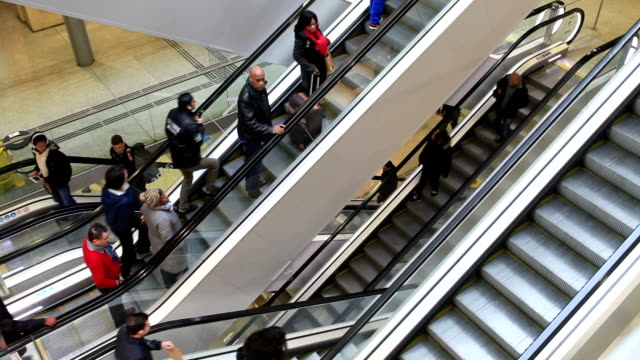 vidéos et rushes de escalators at gare saint lazare in paris, france. - escalator