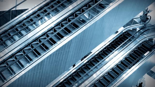 stockvideo's en b-roll-footage met escalators complex - kleurtoon