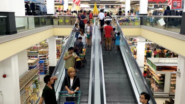 vídeos de stock, filmes e b-roll de escada rolante do shopping mall - loja de departamentos