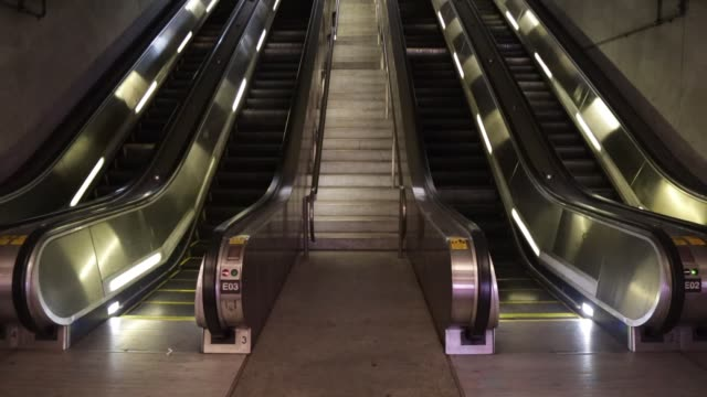 vídeos de stock, filmes e b-roll de escalators run in an empty gallery place – chinatown metro station april 1 2020 in washington dc the district of columbia has joined other states and... - maryland estado