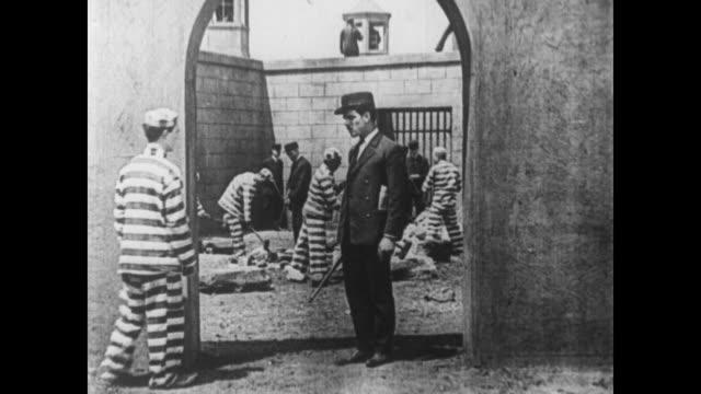 vídeos y material grabado en eventos de stock de 1920 escaped convict (buster keaton) finds himself in prison - cerrar con llave