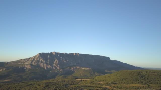 vídeos de stock, filmes e b-roll de escarpment with sun setting in aix en provence in france - aix en provence