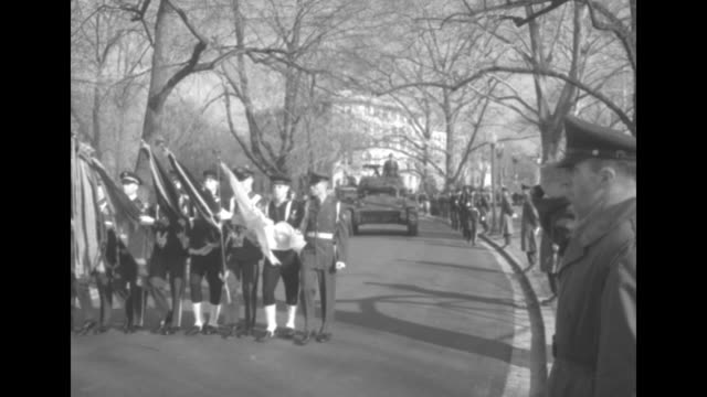 escorted by members of the united states military, the framed declaration of independence and us constitution documents are carried down steps of the... - アメリカ憲法点の映像素材/bロール