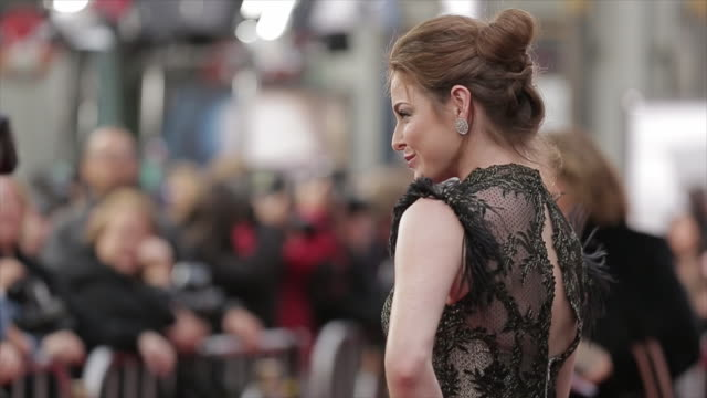 esme bianco posing for paparazzi on the red carpet at the tlc chinese theater - tlc chinese theater bildbanksvideor och videomaterial från bakom kulisserna