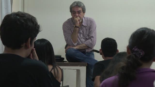 eso le dijo a carlos david chavez universitario del estado mexicano de veracruz su padre cuando le anuncio que iba a estudiar comunicacion - padre stock videos & royalty-free footage