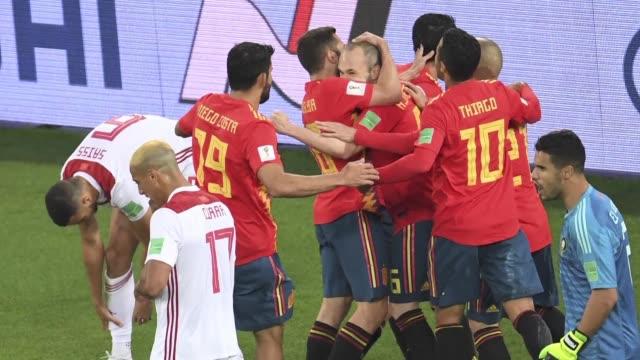 espana termino como lider el grupo b del mundial de rusia luego de empatar 22 ante marruecos y portugal segundo tras quedar en tablas con iran - world championship stock videos & royalty-free footage