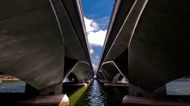 vídeos y material grabado en eventos de stock de esplanade puente de singapur - simetría