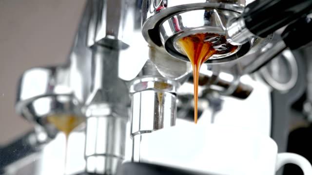 エスプレッソ コーヒー マシンからクローズ アップ。 - エスプレッソ点の映像素材/bロール