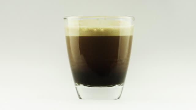 Gouttes expresso dans une tasse à café