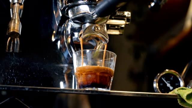 vídeos de stock, filmes e b-roll de máquina do café expresso - maquinaria