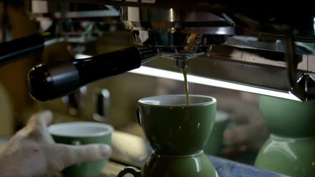 vídeos de stock e filmes b-roll de espresso maker - chávena de café