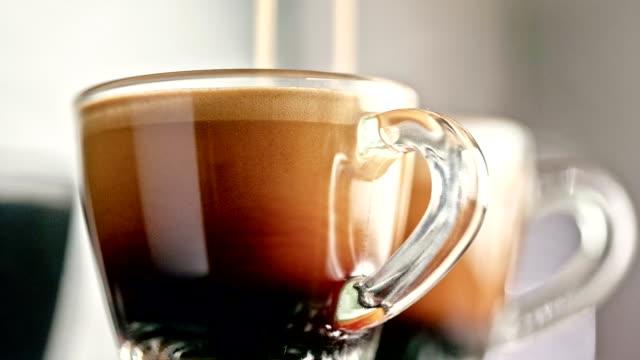 espressoherstellung - cup stock-videos und b-roll-filmmaterial