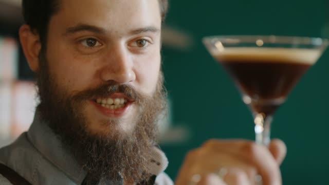espresso martini - halten stock-videos und b-roll-filmmaterial