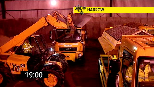 vídeos de stock e filmes b-roll de forklift truck filling gritting lorry with salt in warehouse hampshire: kingsley: people at bar in country pub - hampshire