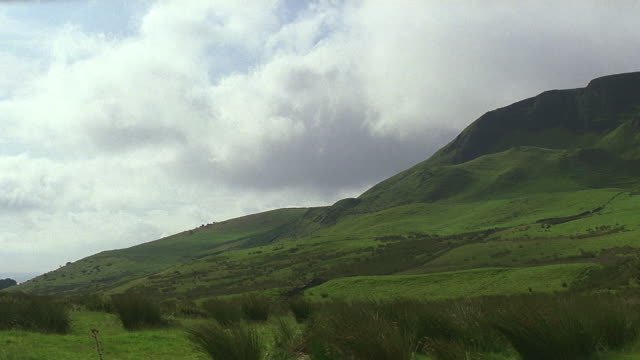 establish green countryside in ireland - 北アイルランド点の映像素材/bロール
