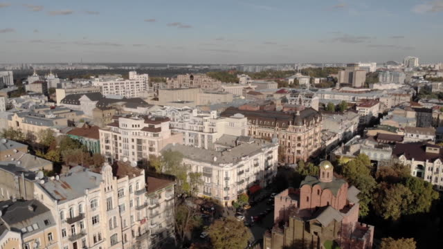 vídeos de stock e filmes b-roll de establishing aerial drone shot above independence square in kiev ukraine - aerial or drone pov or scenics or nature or cityscape