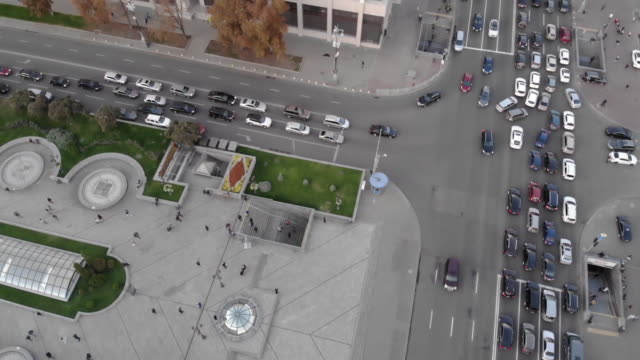 vídeos de stock e filmes b-roll de establishing aerial drone shot flying over and looking down on khreschatyk street in kiev ukraine - aerial or drone pov or scenics or nature or cityscape