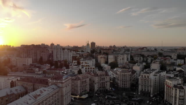 vídeos de stock e filmes b-roll de establishing aerial drone shot flying over independence square in kiev ukraine at dusk - aerial or drone pov or scenics or nature or cityscape