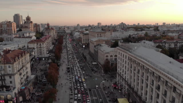 vídeos de stock e filmes b-roll de establishing aerial drone shot flying over khreschatyk street in kiev ukraine at dusk - aerial or drone pov or scenics or nature or cityscape