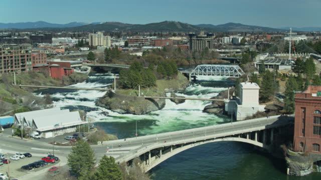 establishing aerial shot of spokane falls and riverfront park - stato di washington video stock e b–roll