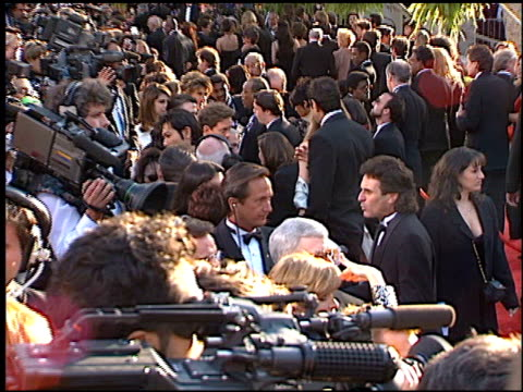 vídeos de stock e filmes b-roll de establishing at the 1996 academy awards arrivals at the shrine auditorium in los angeles california on march 25 1996 - 68.ª edição da cerimónia dos óscares