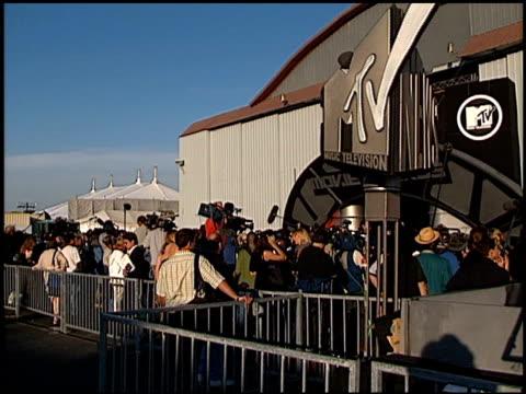 establishing at the 1998 mtv movie awards at barker hanger in santa monica california on may 30 1998 - mtv stock videos & royalty-free footage