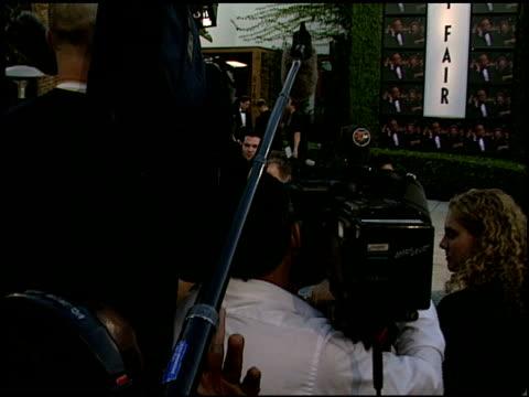 vídeos de stock e filmes b-roll de establishing at the 2000 academy awards vanity fair party at mortons in west hollywood california on march 26 2000 - festa dos óscares da vanity fair