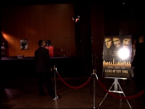 establishing at the 'gangs of new york' premiere at dga in los angeles, california on december 17, 2002. - ギャング・オブ・ニューヨーク点の映像素材/bロール
