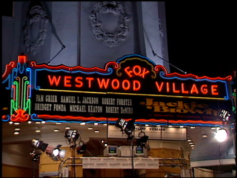 vidéos et rushes de establishing at the 'jackie brown' premiere at the mann village theatre in westwood california on december 11 1997 - westwood village