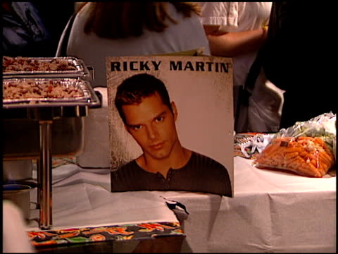 establishing at the ricky martin virgin cd party at virgin records in west hollywood, california on may 10, 1999. - ヴァージンレコード点の映像素材/bロール