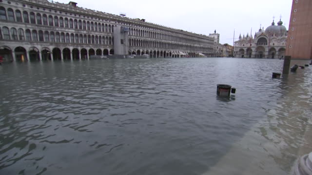 vídeos y material grabado en eventos de stock de establishing camera pan of flooding at st. mark's square in venice, italy. - environment or natural disaster or climate change or earthquake or hurricane or extreme weather or oil spill or volcano or tornado or flooding
