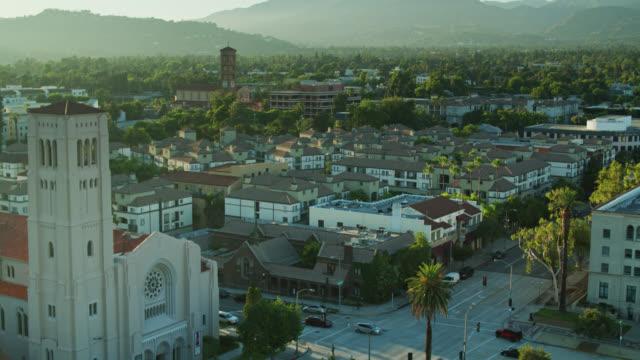 カリフォルニア州パサデナのドローンショットを確立 - カリフォルニア州 パサデナ点の映像素材/bロール