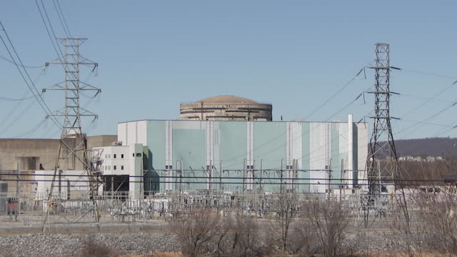 establishing shot of a building housing the spent fuel pool at three mile islandõs nuclear generating station in dauphin county, pennsylvania. - nuclear energy点の映像素材/bロール