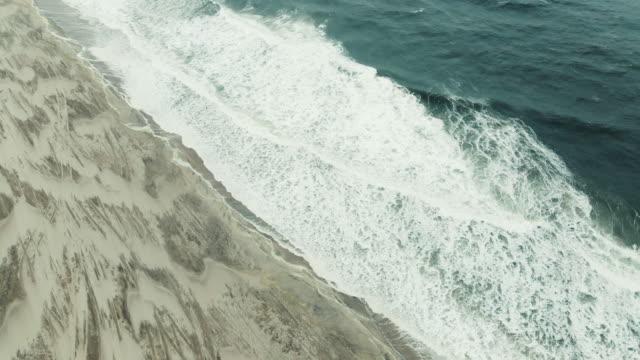 vidéos et rushes de establishing shot of a deserted long island beach - long island