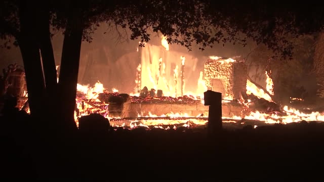 establishing shot of a house burning during the kincade fire in geyersville, california. - zerstörung stock-videos und b-roll-filmmaterial