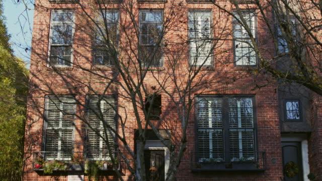 establishing shot of a modern residential building in portland, oregon - portland oregon点の映像素材/bロール