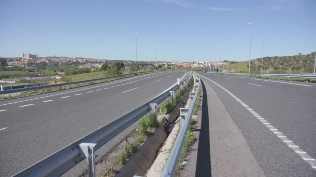 vídeos y material grabado en eventos de stock de establishing shot of a nearly empty highway in toledo, spain during the coronavirus pandemic. - (war or terrorism or election or government or illness or news event or speech or politics or politician or conflict or military or extreme weather or business or economy) and not usa