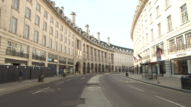 establishing shot of a nearly empty street in london during the covid-19 pandemic. - healthcare and medicine or illness or food and drink or fitness or exercise or wellbeing stock videos & royalty-free footage