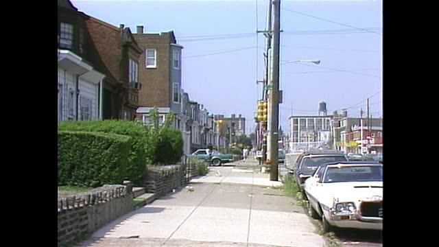 vidéos et rushes de establishing shot of a residential home in philadelphia panning out to the street. - philadelphie