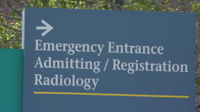 establishing shot of a sign for the emergency room entrance - new england usa stock videos & royalty-free footage