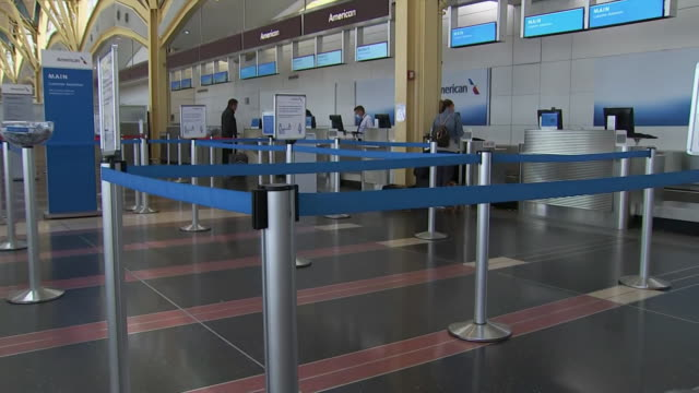 establishing shot of an empty check-in queue at ronald reagan washington national airport during the coronavirus pandemic. - flughafen washington ronald reagan national stock-videos und b-roll-filmmaterial