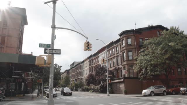 establishing shot of an intersection brooklyn, nyc - 4k - sandstein stock-videos und b-roll-filmmaterial