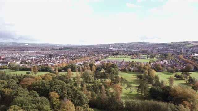 establishing shot of belfast, ireland on a cloudy autumn afternoon. - belfast stock videos & royalty-free footage