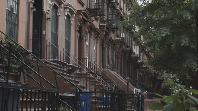 establishing shot of brownstones in fort greene, brooklyn on a cloudy afternoon - 4k - terraced house stock videos & royalty-free footage