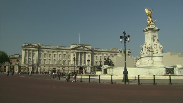 establishing shot of buckingham palace and the queen victoria memorial in london, england. - music or celebrities or fashion or film industry or film premiere or youth culture or novelty item or vacations stock videos & royalty-free footage