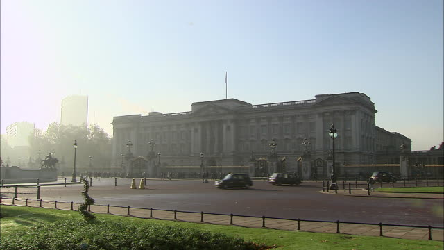 establishing shot of buckingham palace, the primary residence of the queen of england. - music or celebrities or fashion or film industry or film premiere or youth culture or novelty item or vacations stock videos & royalty-free footage