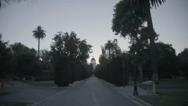 establishing shot of california state capitol building, extreme wide shot - 顕花植物点の映像素材/bロール