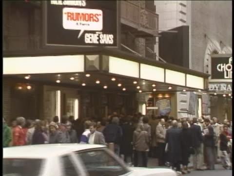 establishing shot of crowds in line to enter neil simon's rumors theater. - neil simon bildbanksvideor och videomaterial från bakom kulisserna