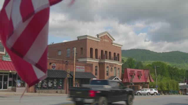 vídeos y material grabado en eventos de stock de establishing shot of downtown clayton, georgia during the coronavirus pandemic. - señal de nombre de calle