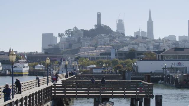 establishing shot of fisherman's wharf in san francisco - anlegestelle stock-videos und b-roll-filmmaterial